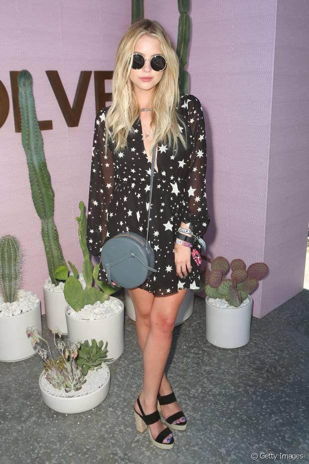 Ashley Benson escolheu um vestido com estampa de estrelas para o Coachella