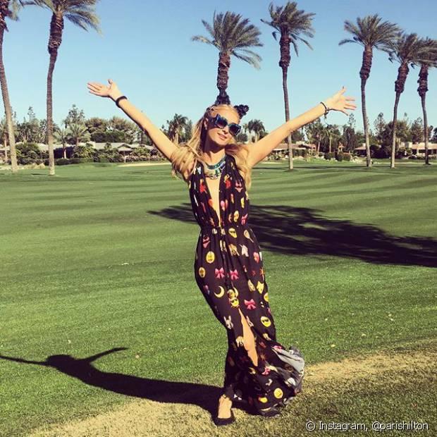 Paris Hilton não economizou no decote e foi com um vestido com a cara do verão