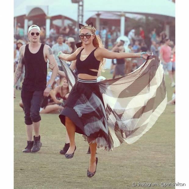Paris Hilton investiu no cropped top e saia fluida para o Coachella