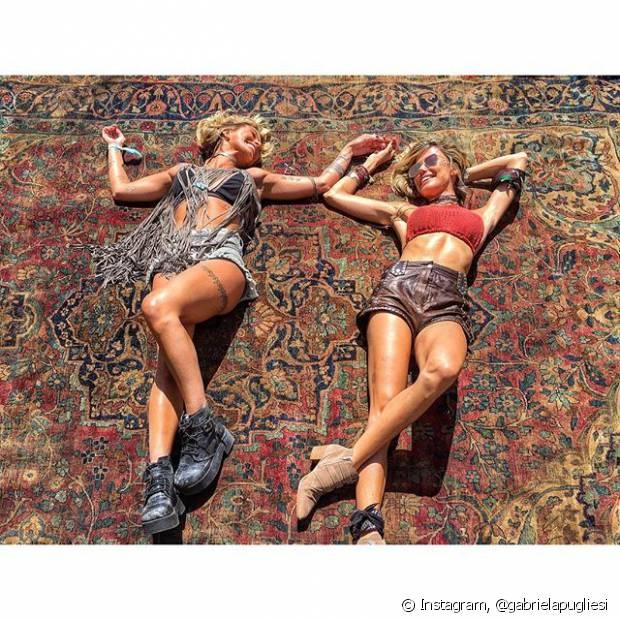 A blogueiras Gabriela Pugliesi e Martha Graeff são fãs do estilo boho e escolheram looks estilosos para o Coachella