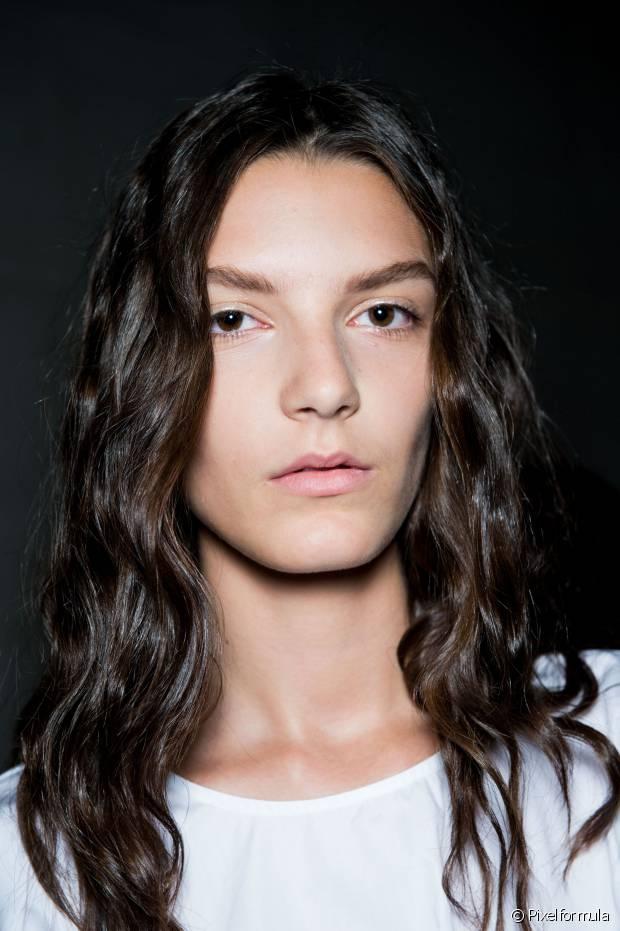 As mulheres que têm química no cabelo, seja por coloração ou mudança de textura, devem se preocupar em nutrir os fios