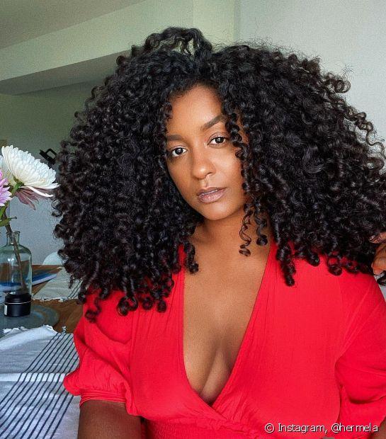 Quer clarear o cabelo preto? Confira as dicas de como sair da nuance escura para o loiro (Foto: Instagram @hermela)