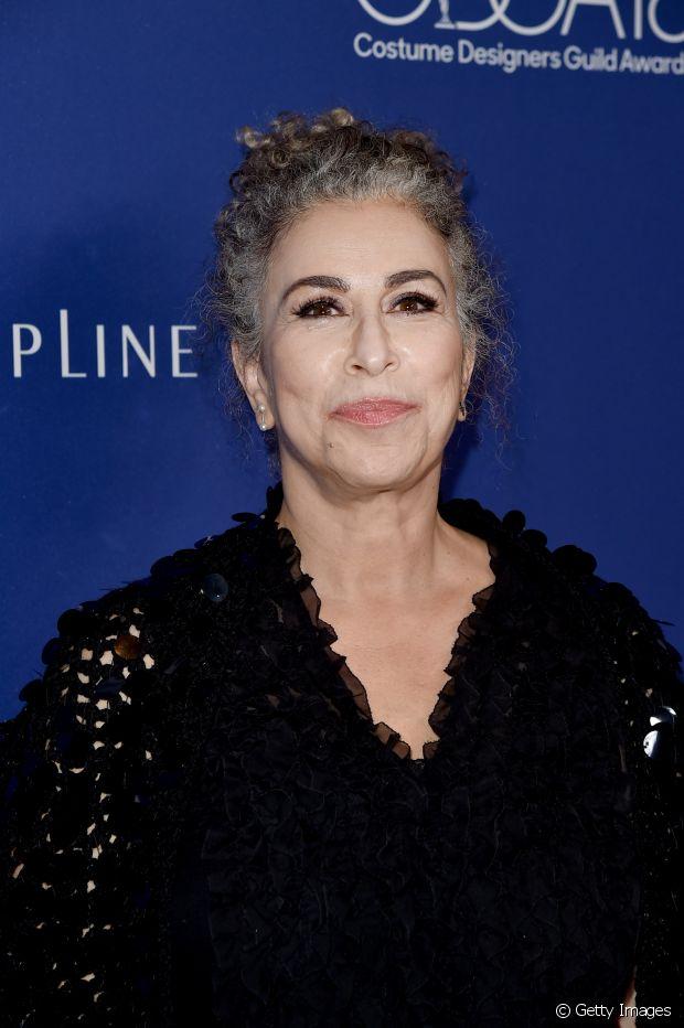 Roma Maffia, atriz da série 'Pretty Little Liars', usa os cachos com fios brancos e grisalhos misturados