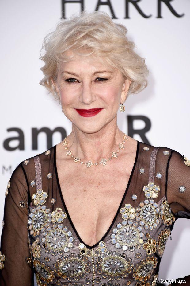A atriz inglesa Helen Mirren assume totalmente os fios brancos e usa um corte curtinho e moderno