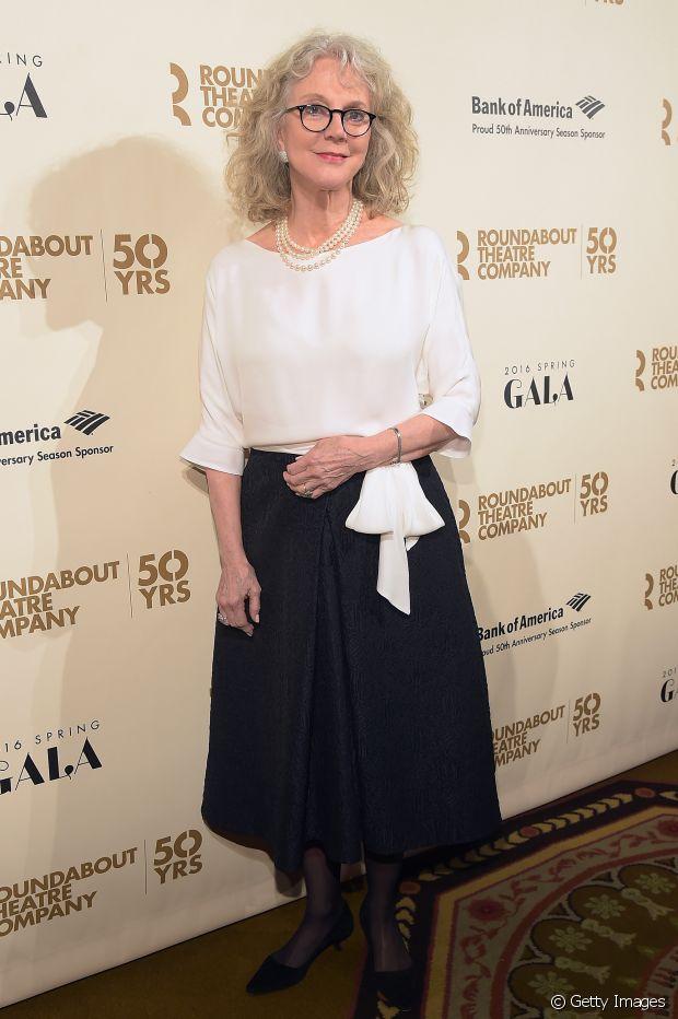 Blythe Danner, atriz e também mãe de Gwyneth Paltrow, aposta no estilo natural e volumoso para os fios brancos