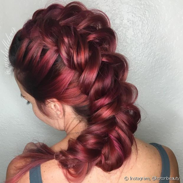Trança embutida com os gomos bem largos e frouxos fica incrível nos cabelos ruivos