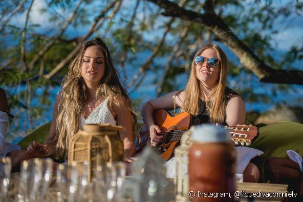 Luísa Sonza e Gabi Martins fizeram um luau na Casa de Verão da Anitta e cantaram 'Medo Bobo' com transmissão ao vivo no Facebook