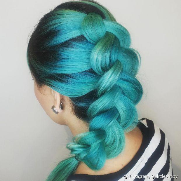 A trança embutida em cabelos coloridos fica muito estilosa