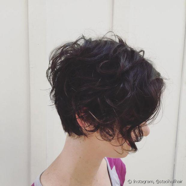 Os cabelos curtinhos ganham mais estilo e forma quando cortados com a navalha