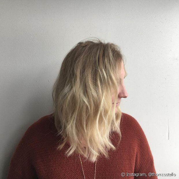 Desfiar as pontas com a navalha deixa o cabelo com um balanço mais leve e natural