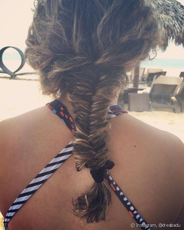 Essa é a prova de que dá para fazer uma trança espinha de peixe nos cabelos cacheados. O resultado fica lindo!