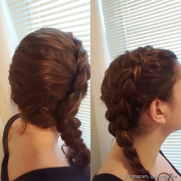 As tranças embutidas laterais também ficam um charme nos cabelos cacheados