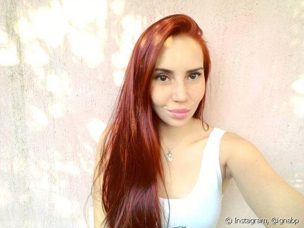 Se o seu cabelo ruivo ficou manchado, o ideal é voc~e procurar um cabeleireiro