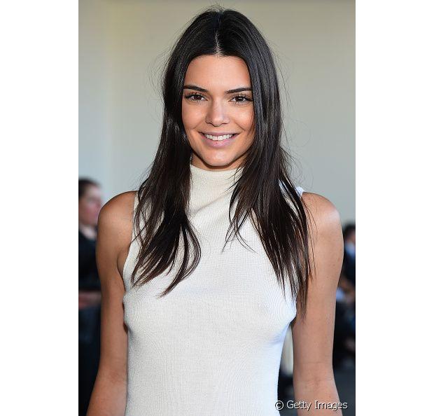 Kendall Jenner também usa o cabelo em um tom só, sem destacar o corte!