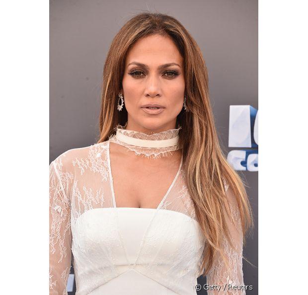 Com um repicado discreto, Jennifer Lopez clareou bastante as pontas, deixando o corte mais em evidência