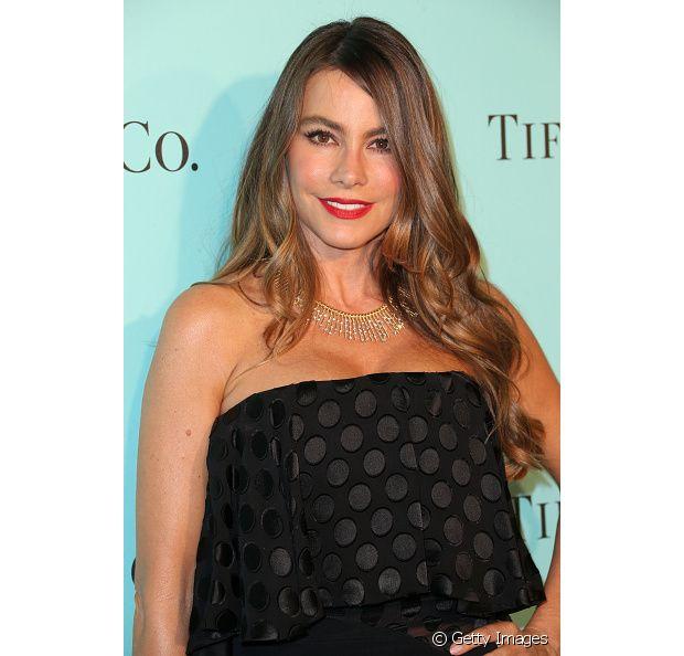 A atriz de Modern Family, Sofia Vergara, completou o look com mechas mais claras