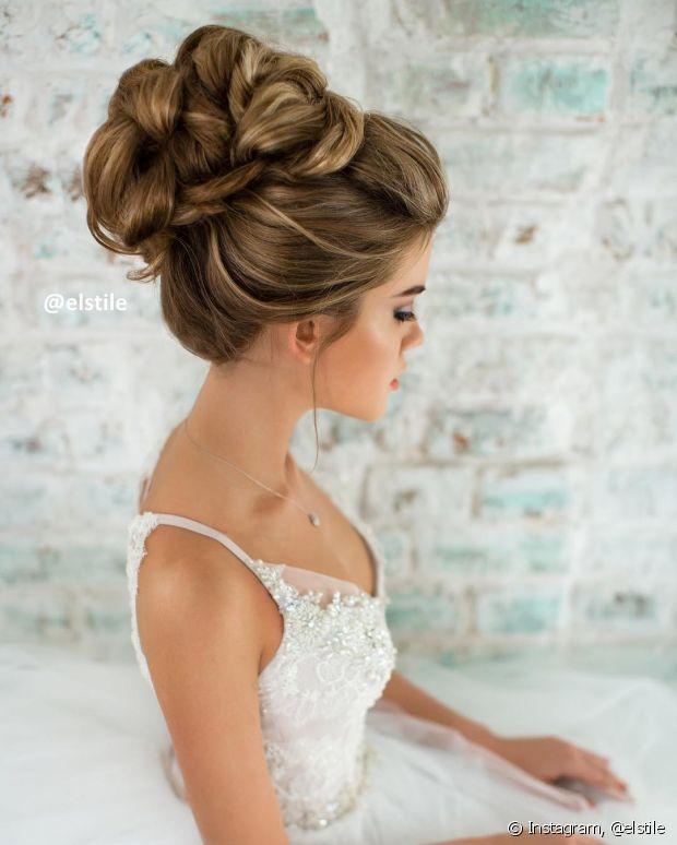O penteado é mais indicado para quem possui cabelos médios volumosos ou longos, que ajudarão a dar a textura perfeita