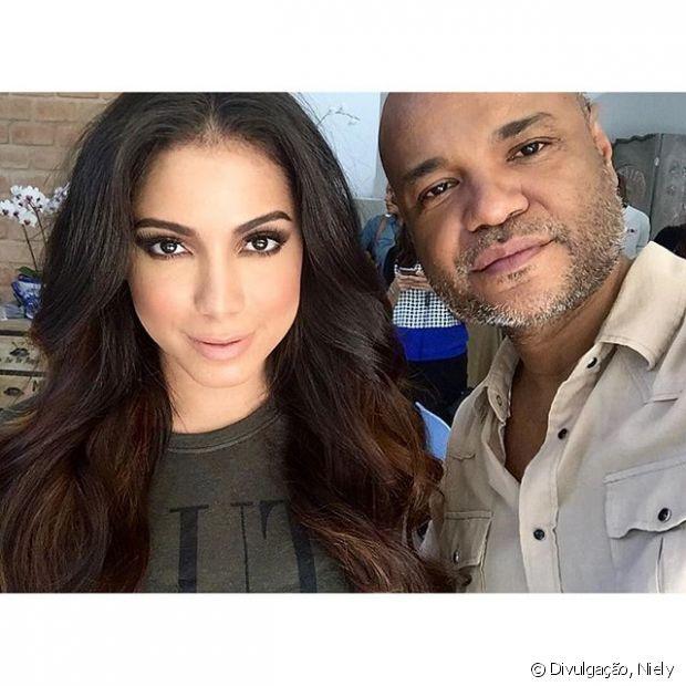 Anitta é uma das poderosas que teve o cabelo preparado por Alê de Souza na nova campanha da Niely