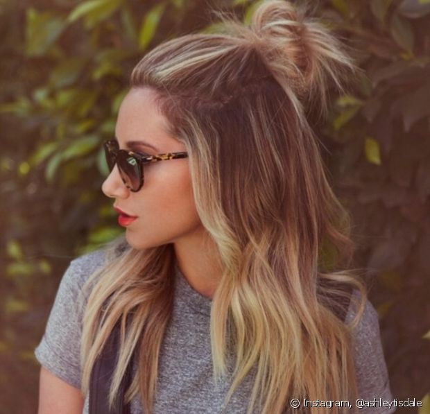 O half-bun é o penteado hit do verão e vai deixar seu look muito mais refrescante