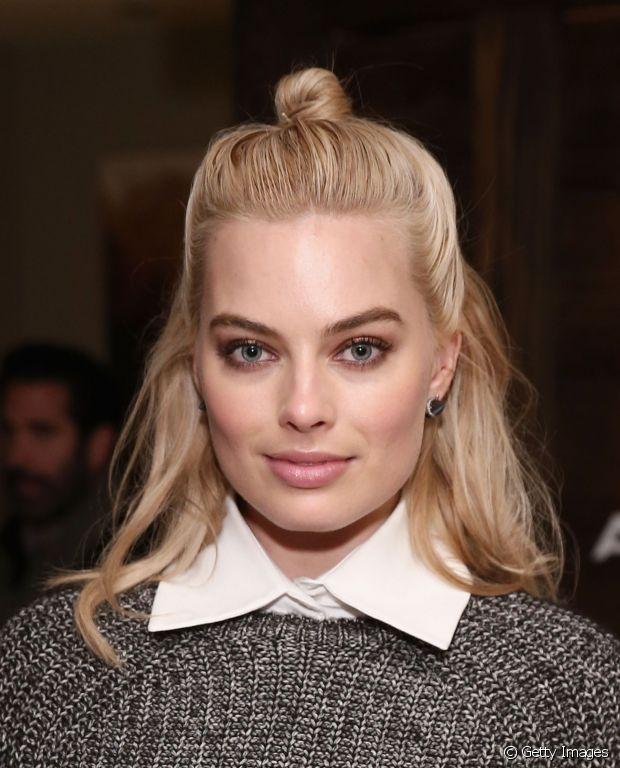 A atriz Margot Robbie investiu no half-bun arrumadinho, com os fios bem lisos e alinhados