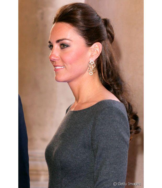 Kate Middleton apostou em uma versão de coque mais baixo para o half-bun e investiu no topete