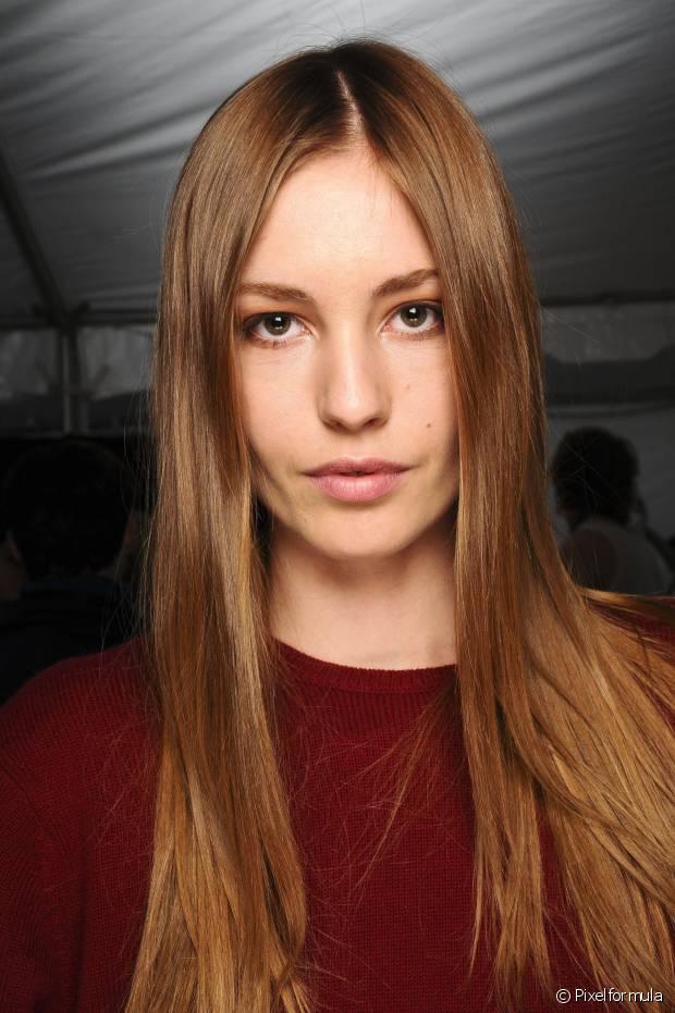 Os cabelos com progressiva precisam de duas lavagem com shampoo. A repetição deixará os fios mais limpos e mais leves