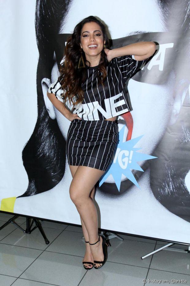 No lançamento do clipe 'Bang', Anitta usou um conjuntinho com cropped top e saia, que realçou suas curvas generosas