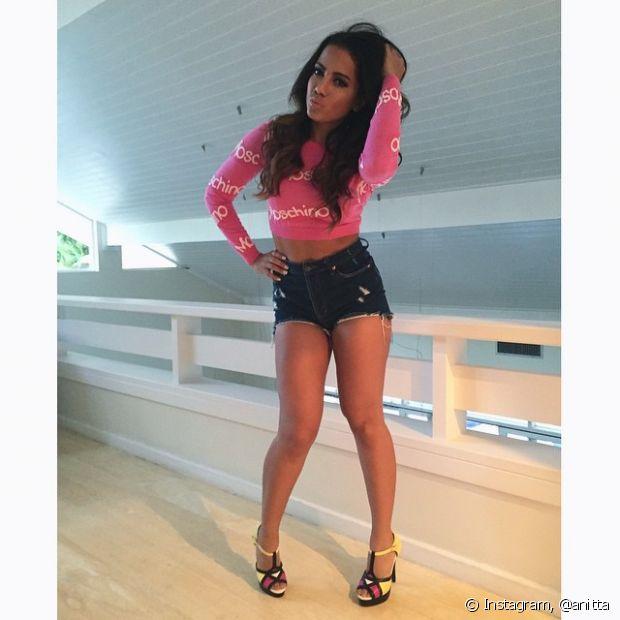 Que tal as poses de Anitta para mostrar seus looks?
