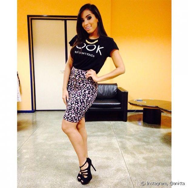 Anitta gosta de combinar t-shirts com saias justas