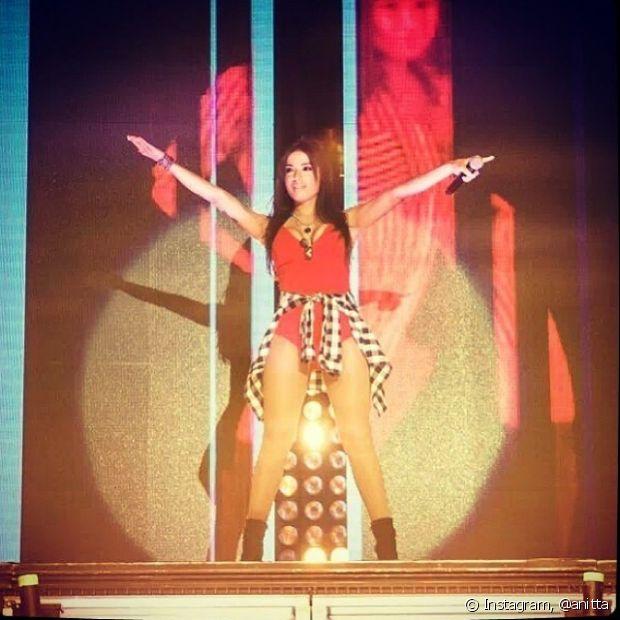 Em seus primeiros shows, Anitta gostava sempre de usar looks com blusões amarrados na cintura