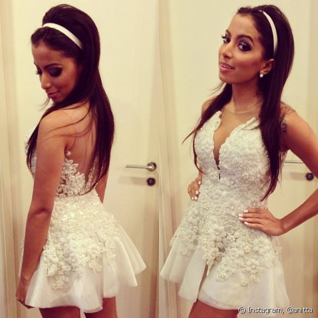 Anitta usa vestido branco com mix de texturas