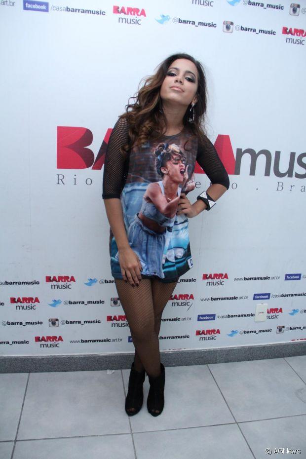 Anitta usa camisão com estampa da cantora Rihanna
