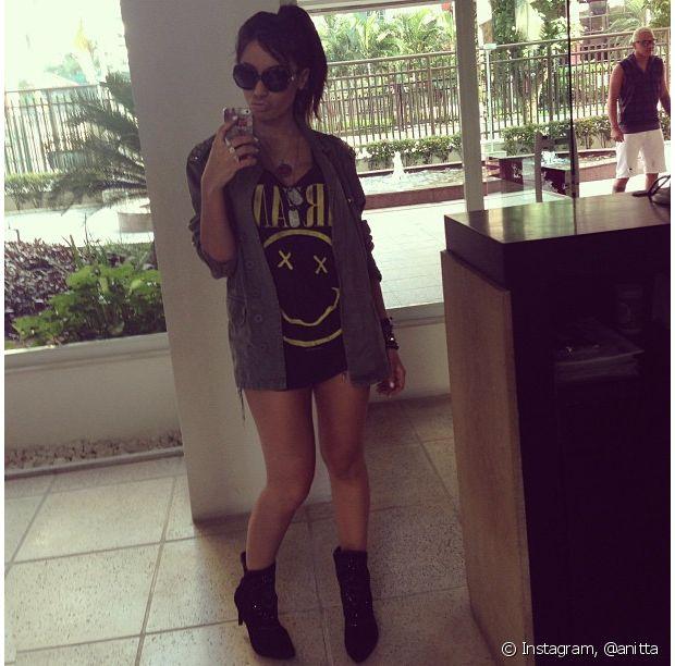 Anitta também usa estampas com camisetas de banda
