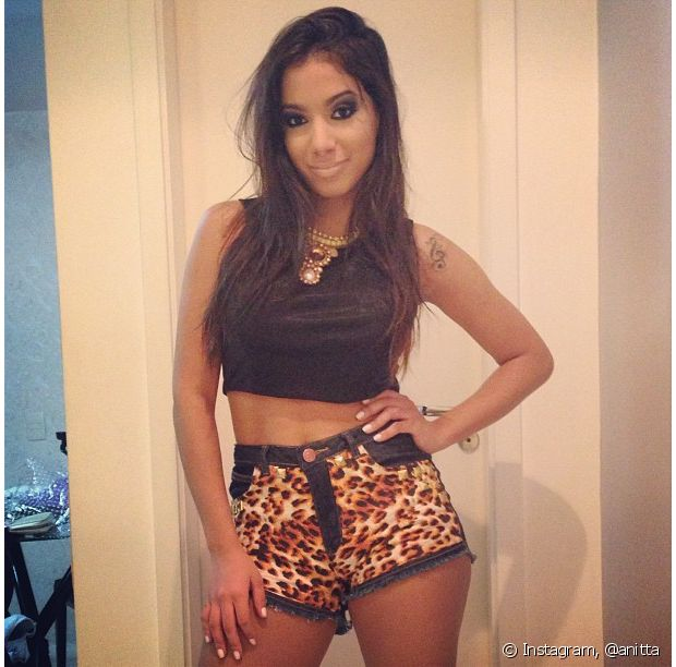 Anitta usa short em animal print e cropped top preto