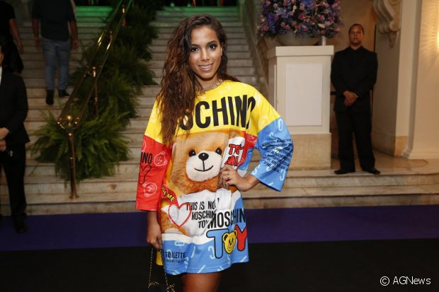 Anitta é fã de camisões. A cantora investe em peças da grife italiana Moschino, uma de suas marcas preferidas