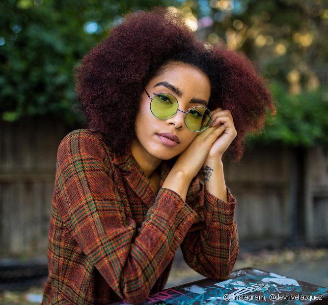 O cabelo vermelho borgonha é uma das principais opções de ruivo de todas as mulheres (Foto: Instagram @devrivelazquez)