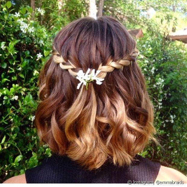 O estilo semipreso com mechas torcidinhas dá um toque mais romântico aos cabelos curtos