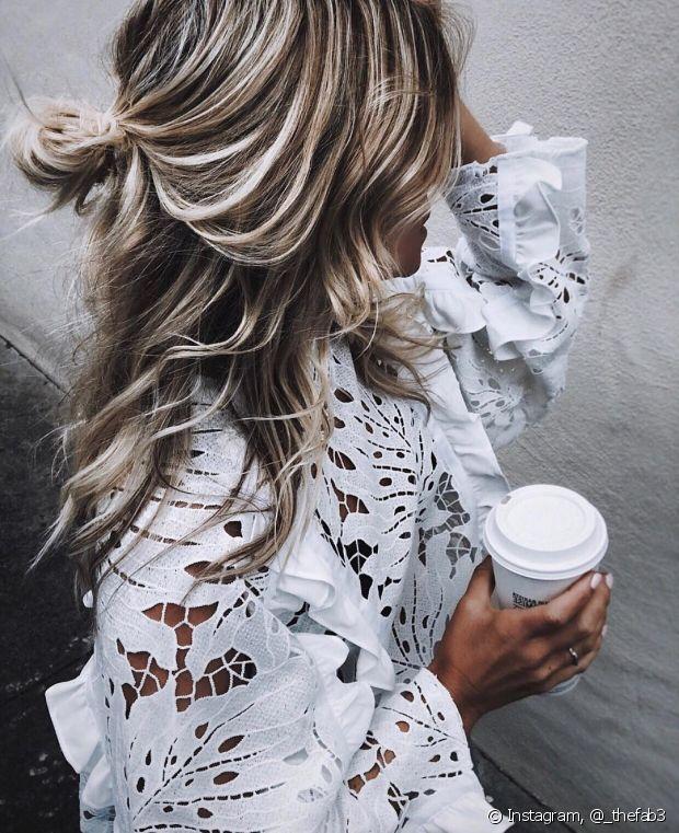 Escolha os penteados bagunçadinhos, já que não dá para acordar com todos os cabelos no lugar