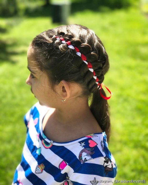 Que tal fazer a trança com fita colorida na sua filha? Ela vai amar!