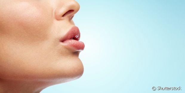 Os batons hidratantes ajudam na hora de cuidar do ressecamento labial