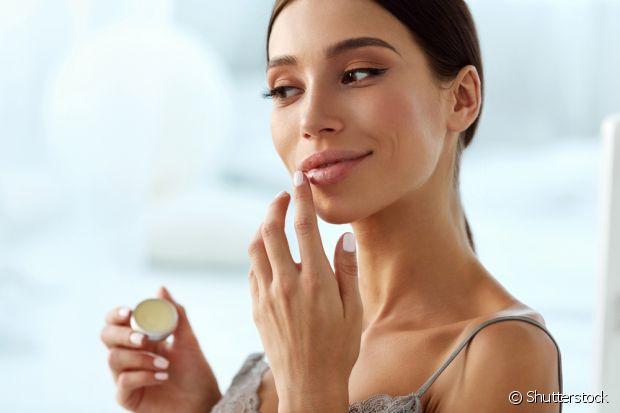 A manteiga de cacau apenas sela os lábios, mas não possui fatores hidratantes para tratar o ressecamento