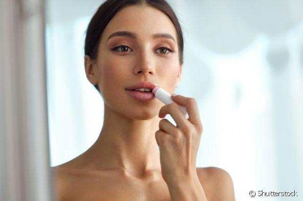 Quando os lábios estão ressecados, é normal que apareçam algumas peles soltas na região
