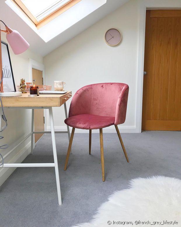 Apostem em detalhes rosa millenial, como almofadas e luminárias, para decorar a sua casa