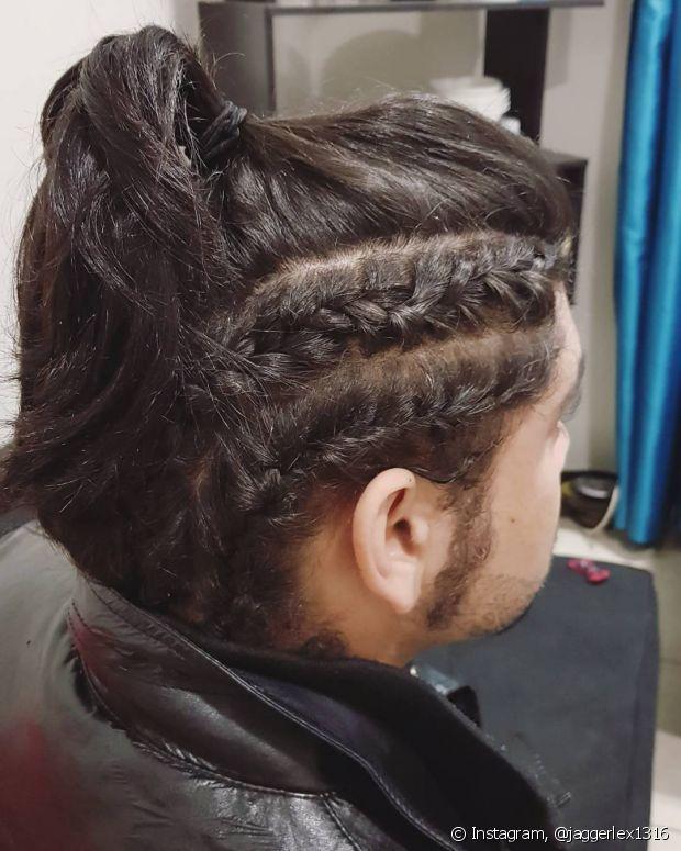 As tranças são ótimas para incrementar penteados masculinos, como o rabo de cavalo e coque