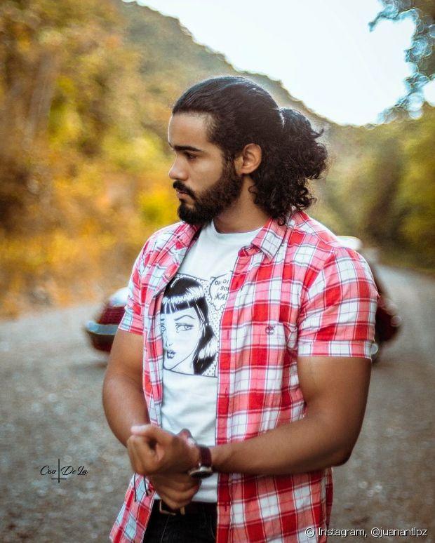 O semipreso também é um penteado ótimo e estiloso para homens de cabelos longos