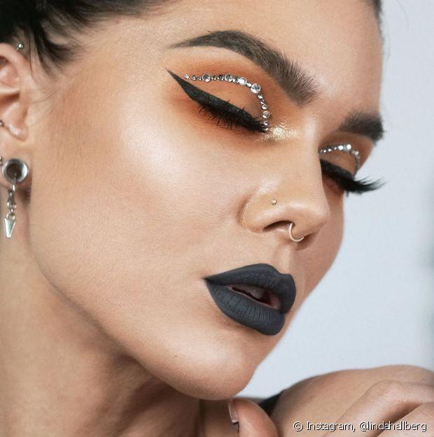 Você pode combinar o batom cinza com qualquer tipo de maquiagem nos olhos