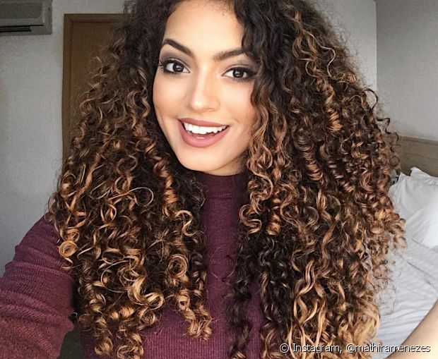 Mathira Menezes tem cabelos cacheados bem definidos, classificados como 3B