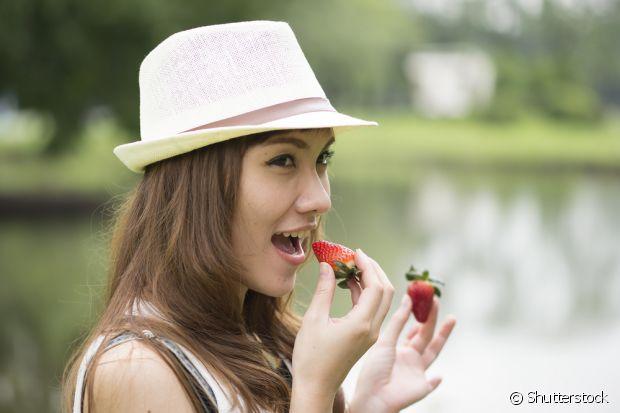 Morangos são antioxidantes e fonte de vitamina C. Eles fazem os seus fios crescerem mais fortes