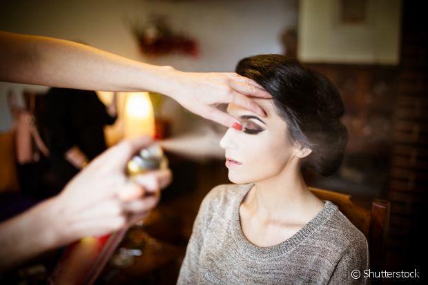 Na hora de fazer a maquiagem durar, prefira usar o spray próprio para essa função. Spray de cabelo não faz bem para a pele