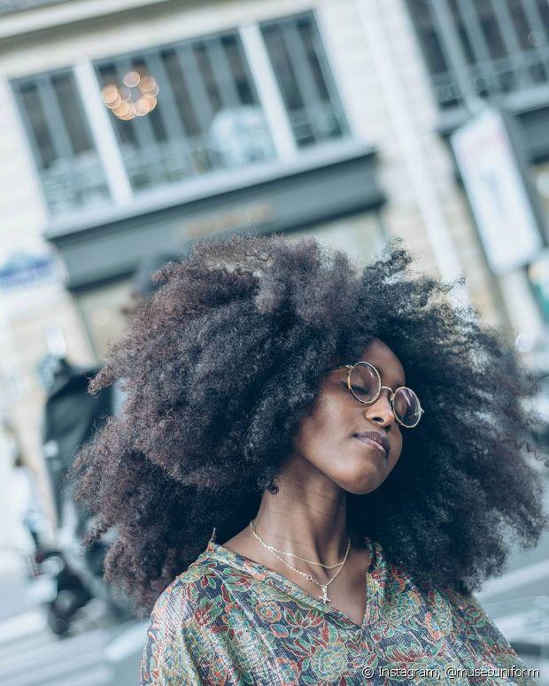 Além de nutrir os cabelos com o óleo de rícino, não se esqueça de investir nos outros tratamentos também